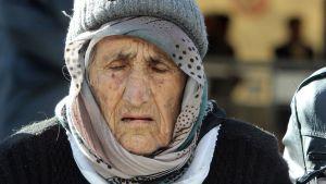Syyrialainen vanhempi pakolainen odottaa reksiteröitymistä Preservon kaupungissa Serbiassa.