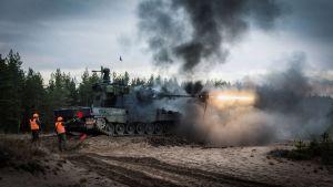 Ilmatorjuntapanssarivaunu laukaisee ammuksen ilmapuolustusharjoitusleirillä Lohtajan Vattajalla.