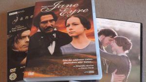 Kolme DVD:tä Kotiopettajattaren romaanin versioista.