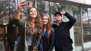 Uutisluokkalaiset ja Mentaalisavuke ottavat selfien.