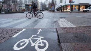 Pyöräilijä Oulun keskustassa.