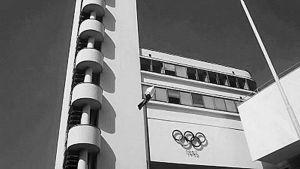 Helsingin olympiastadionin torni mustavalkoisena.