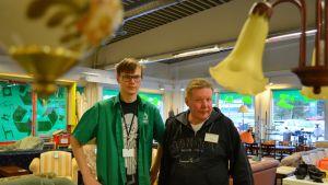 kierrätysmyyjät Arttu Paakkari ja Markku Jääskeläinen