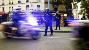 Ranskalaiset poliisit partioivat Saint-Denisin esikaupunkialueeella Pariisissa.