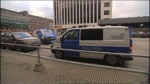 Poliisiautoja Tallinnan Kaubamajan luona.