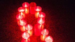 Kynttilät palavat aidsin uhrien muistoksi.