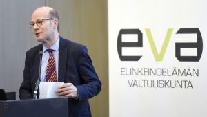 Kimmo Sasi raportin julkistamistilaisuudessa Helsingissä.