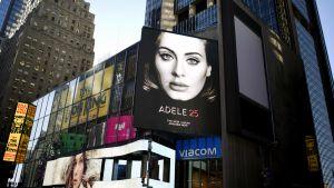 Adelen uuden levyn katumainos New Yorkissa.