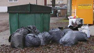 Roskasäkkejä ja jätettä kierrätyspisteellä