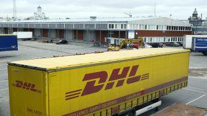 DHL:n perävunu Helsingin satamassa.