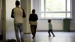 Turvapaikanhakijoita vastaaottokeskuksen käytävällä.