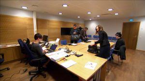 Käräjäoikeuden sali, jossa valmisteleva istunto pidettiin. Valmisteluistunto käynnistymässä Keski-Suomen käräjäoikeudessa.