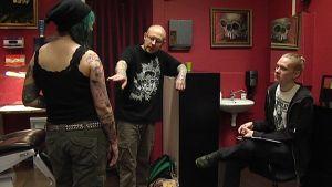 """Mikael """"Hekuli"""" Jänisoja opettaa Joonaa tatuoijaksi."""