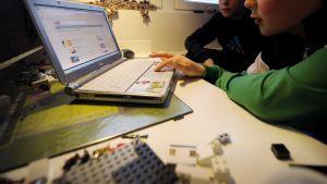 Lapset surffaavat internetissä kotonaan.