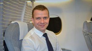 Petteri Orpo lentokoneessa.