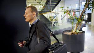 AKT:n entinen puheenjohtaja Timo Räty Helsingin käräjäoikeudessa maanantaina 9. marraskuuta.