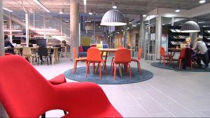 Kirkkaat värit tuovat pisristystä Lapin yliopiston Taiteiden tiedekunnan uudistettuun oppimisympäristöön.