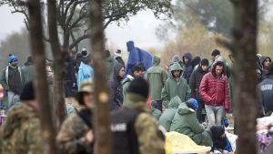 Makedonian poliisi valvoo rajaa ja pakolaiset odottavat lupaa rajanylitykseen.