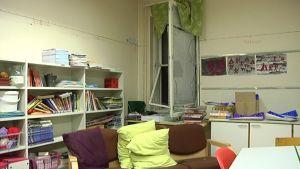 rikkinäinen ikkuna koululuokassa