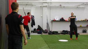 Joensuun Mailan pelaajia harjoittelee seuran lyöntiharjoittelutilassa.