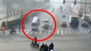 Valvontakameran kuva risteyksessä ilmaan pomppaavista autoista.