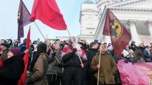 Koulutusleikkauksia vastustavia mielenosoittajia Helsingin Tuomiokirkon portailla 1. joulukuuta.