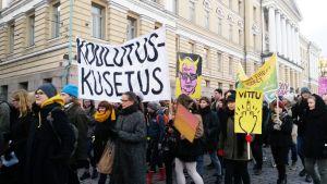 Mielenosoittajia Helsingin keskustassa 1. joulukuuta.
