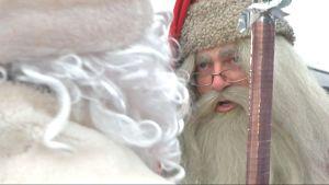 Joulupukki juttelee Pakkasukolle.