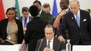 RAnskan presidentti Francois Hollande ja maan ulkoministeri Laurent Fabius Pariisin ilmastokokouksessa 1. joulukuuta.