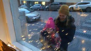 Anne Lahti ja Anastasia ihailevat talvi-ikkunaa.