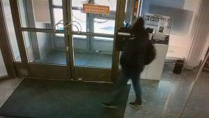 Klaukkalan pankkiryöstäjä tallentui valvontakameraan.