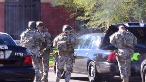 Los Angelesin poliisi San Bernardinon kaduilla.