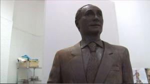 Suklaasta tehty Putinin patsas.