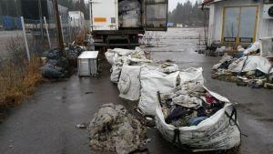 Jätekasseja kuorma-auton perässä.