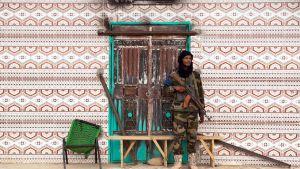 MNLA:n sotilas vartioimassa toria Kidalin kaupungissa Malissa 23. elokuuta 2013.