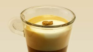 ETH Zürichin tutkijoiden ottama valokuva kahvijuoman päällä kelluvasta kultahipusta.