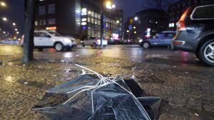 Tuulessa rikki mennyt sateenvarjo Helsingin Kampissa 5. joulukuuta