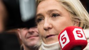 Marine Le Pen puhui lehdistölle sunnuntaina Henin Beaumontissa, Ranskassa.