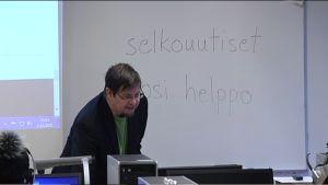 """Selkouutisia käytössä suomen kielen oppitunnilla. Taululla lukee """"selkouutiset"""" ja """"tosi helppo""""."""