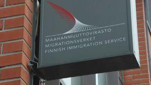 Maahanmuuttoviraston tunnus rakennuksen ulkoseinässä