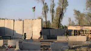 Sotilaita rähjäisellä muurilla.