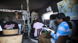 Siirtolaiset osallistuvat vapaaehtoisten järjestämään ranskan kielen kurssiin.