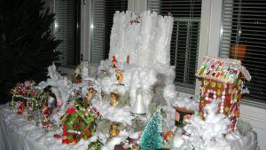 Kimmo Lonka rakensi tämän joulukylän vuonna 2011. Linnaan kului yhdeksän kiloa sokeria.
