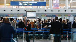Matkustajia Charles de Gaullen kentällä.
