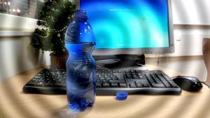 Juomapullo pöydällä, nestevajaus saattaa yllättää myös talvella.