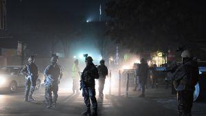 Sotilaita Espanjan suurlähetystön edustalla pommi-iskun jälkeen 11. joulukuuta.
