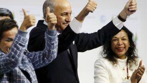 Ranskan ulkoministeri ja COP21-kokouksen puheenjohtaja Laurent Fabius elehti ilmastosopimuksen hyväksymisen merkiksi 12. joulukuuta.