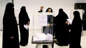 Naisia äänestämässä paikallisvaaleissa Riyadhissa, Saudi-Arabiassa, 12. joulukuuta.