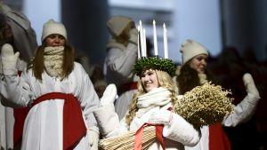 Suomen Lucia, Sonja Lehto Kauniaisista, kruunattiin Helsingin tuomiokirkossa 13. joulukuuta.