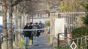 Poliisi oli eristänyt koulun alueen Aubervilliersissa, Ranskassa, 14. joulukuuta.